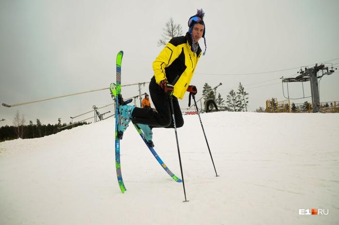 Пока снега в Свердловской области маловато, но многие лыжники и сноубордисты уже расчехлили снаряжение в ожидании