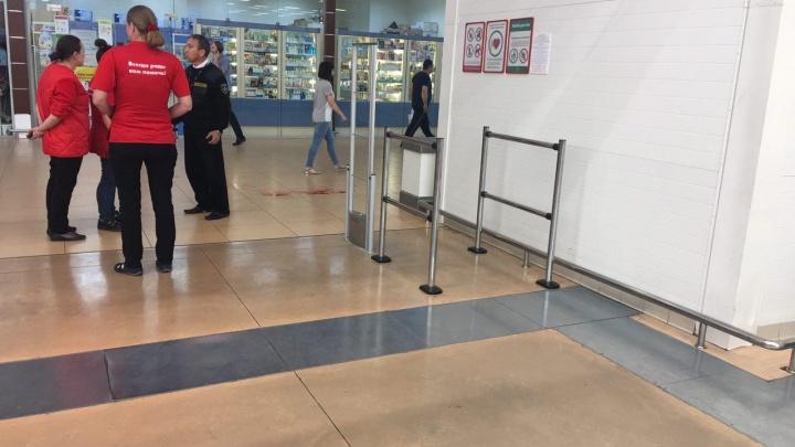 В ТРЦ «Кристалл» мужчина напал с ножом на охранника