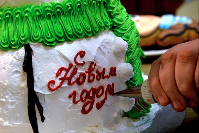 Цена за килограмм новогоднего торта в Новосибирске начинается от 1,1 тысячи рублей