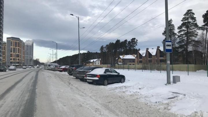 В Краснолесье автомобилисты заставили машинами остановки нового маршрута № 052