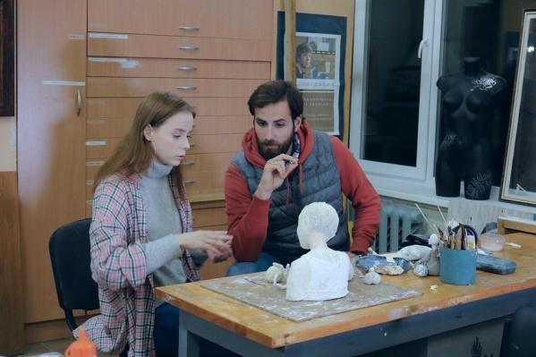 Димитрис Георгиадис расспросил Настю о том, каково это — начинать свой творческий путь в Архангельске<br>