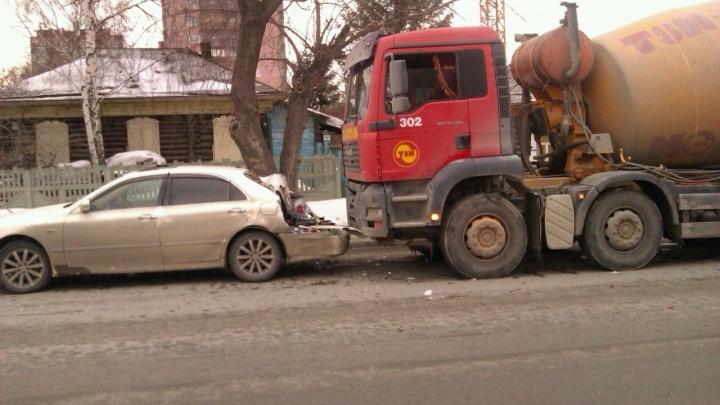 Водитель грузовика протаранил «Тойоту» в центре Новосибирска