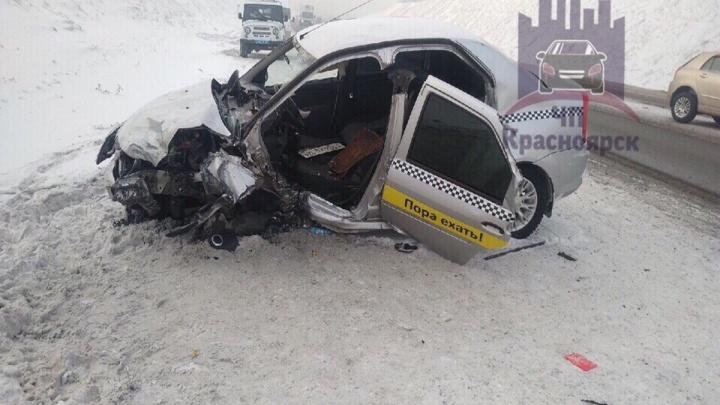 Машину такси «Максим» выбросило на Северном шоссе из-за удара: водитель и девочка в больнице