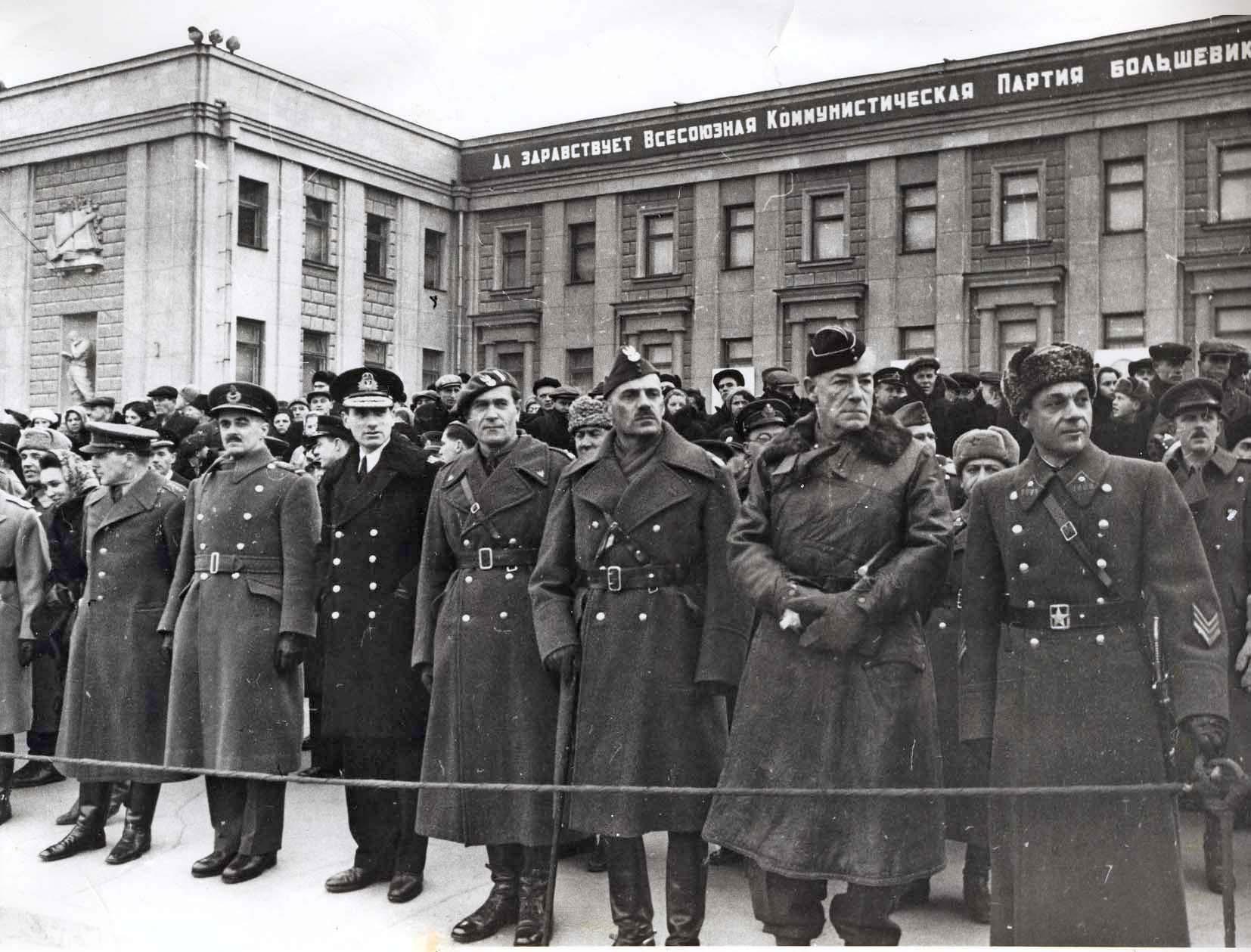 Сотрудники иностранных посольств