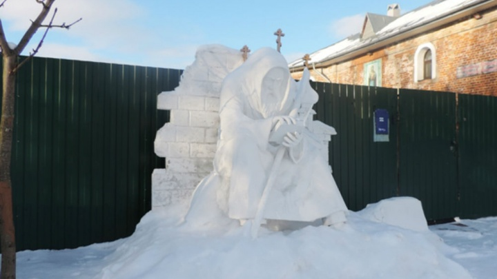 В Ярославской области заключённые подарили женскому монастырю двухметровый памятник