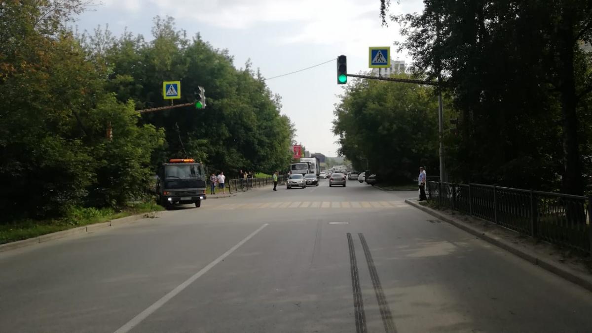 Пешеход ждал зеленого сигнала светофора, чтобы перейти дорогу