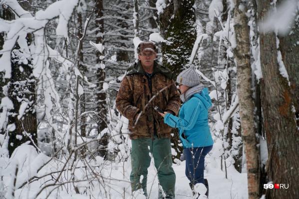 Охотник показывает журналисту, где искал ребят