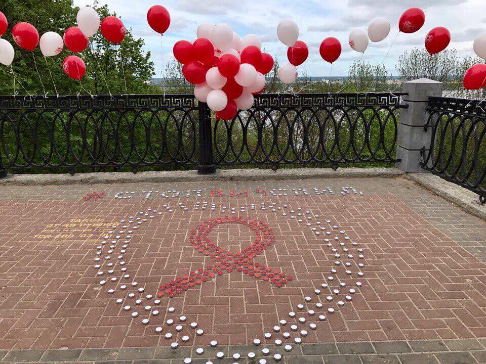 В день памяти людей, умерших от СПИДа, нижегородцы запустили в небо шары с именами близких