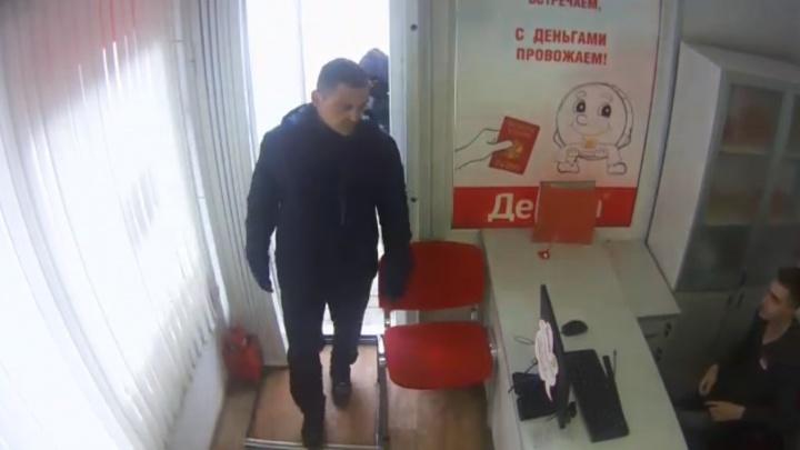 Полиция разыскивает омичей, которые попытались ограбить офис микрозаймов