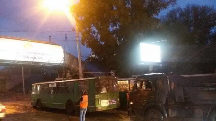 На площади Труда встали троллейбусы