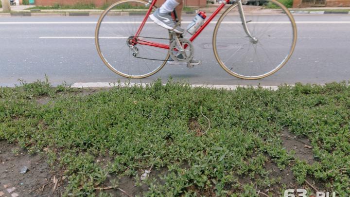 В Самаре автомобилист отдавил руку велосипедисту, сбитому дверью автобуса