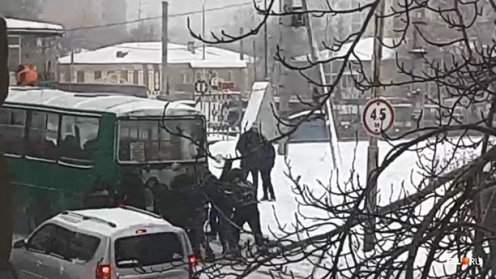 На Вторчермете пассажирам пришлось толкать автобус, чтобы он проехал через железнодорожный переезд