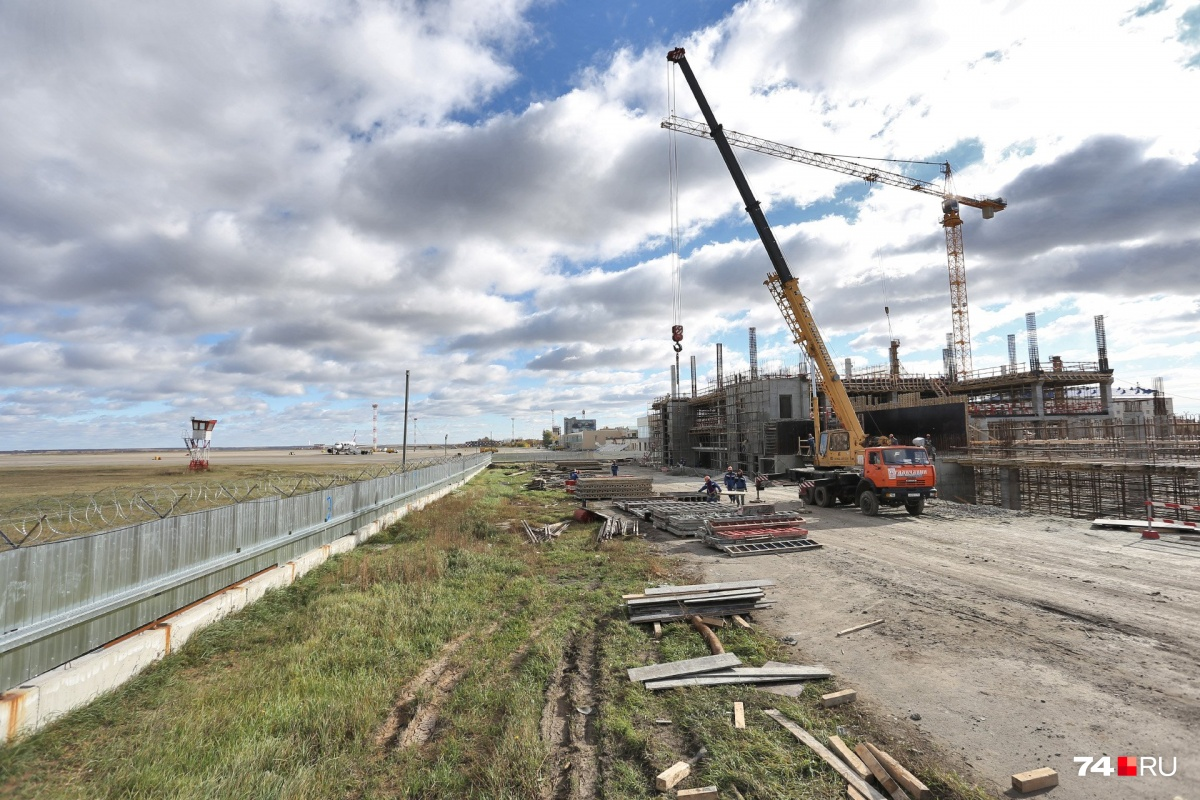 Стройка нового терминала развернулась слева от главного входа в аэропорт