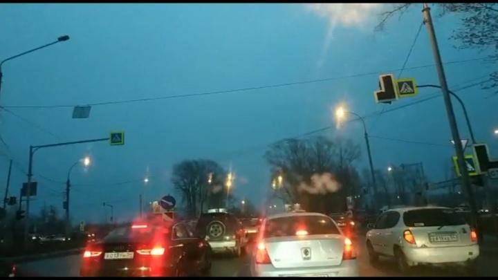«Плетёмся как гусеницы»: на Советском шоссе образовался двухкилометровый затор