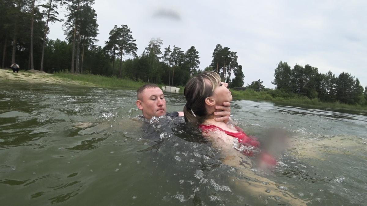 Обратите внимание, как держать утопающего. Именно таким образом пострадавший сможет спокойно дышать при транспортировке на берег. При этом спаситель будет в безопасности