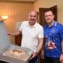 Главному тренеру сборной России подарили деревянный макет «Самара Арены»