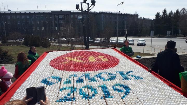 Омичам показали пасхальную картину из 10 тысяч яиц