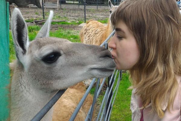 Алиса не только с удовольствием пишет об обитателях Большереченского зоопарка, но и часто приезжает к ним в гости