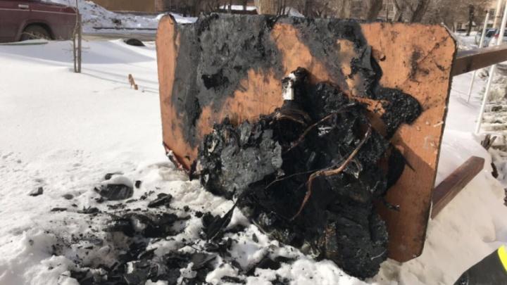 Дети, чуть не сгоревшие осенью, снова устроили пожар в квартире в Челябинске