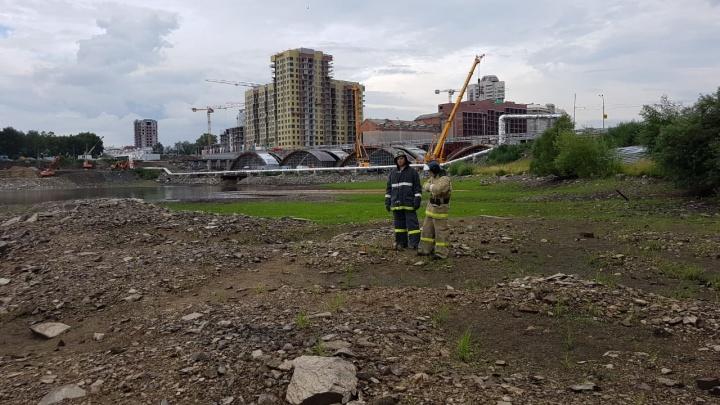 На обмелевшем дне Исети нашли гранату и оцепили берег у Макаровского моста