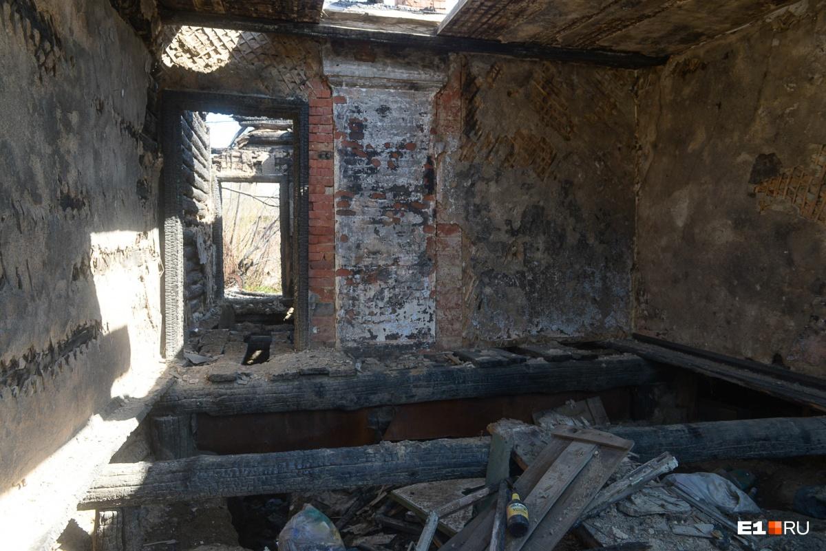 «В следующей атаке обязательно сгорю»: как Цыганский поселок на Юго-Западе превращают в гору досок