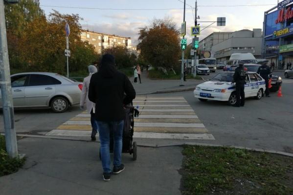 Девочка переходила дорогу на зелёный, но водитель не заметил её, когда поворачивал