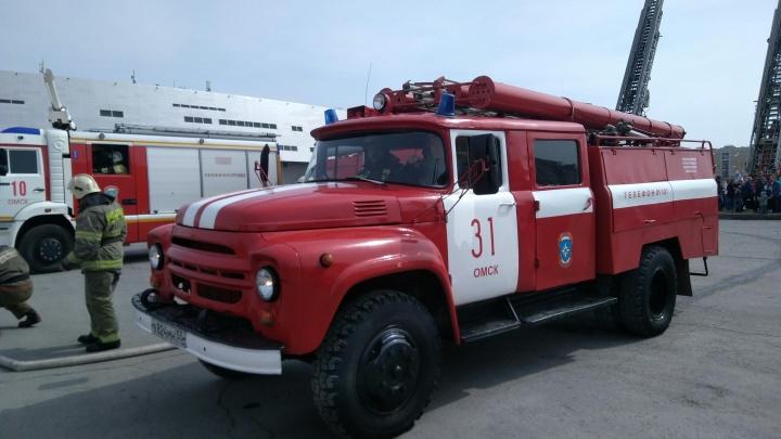 В Омске пожарные вытащили газовый баллон из горящего дома за пять секунд и постреляли из насоса