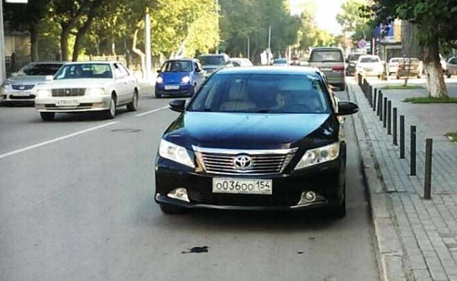 «Я паркуюсь как чудак»: чиновничья «Камри» ООО на встречной полосе