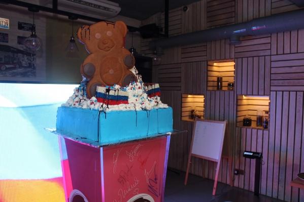 У декоративного медведя «имение в России, вилла в Италии, но денег нет», заметил владелец бара