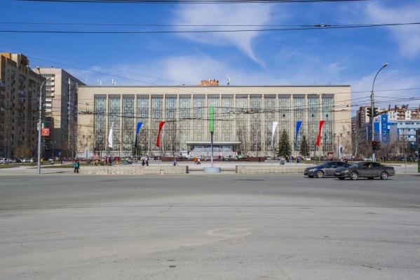 Здание ГПНТБ закончили строить в 1966 году на углу улиц Восход и Кирова