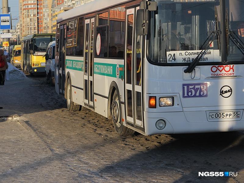 ВОмске разрешили пересаживаться вавтобусах за45 мин.