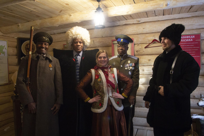 Члены делегации из ЮАР примерили традиционную казачью одежду