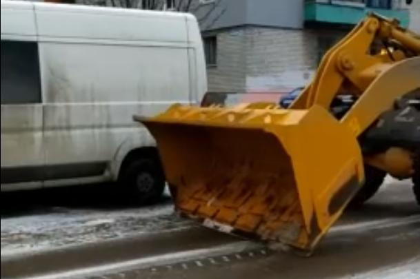 Зато работа кипит: в Нижнем Новгороде началась уборка воображаемого снега