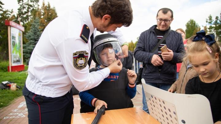 «С углублённым изучением»: фото 74.ru, как детей одевают в форму ОМОНа для митинга, взорвало соцсети