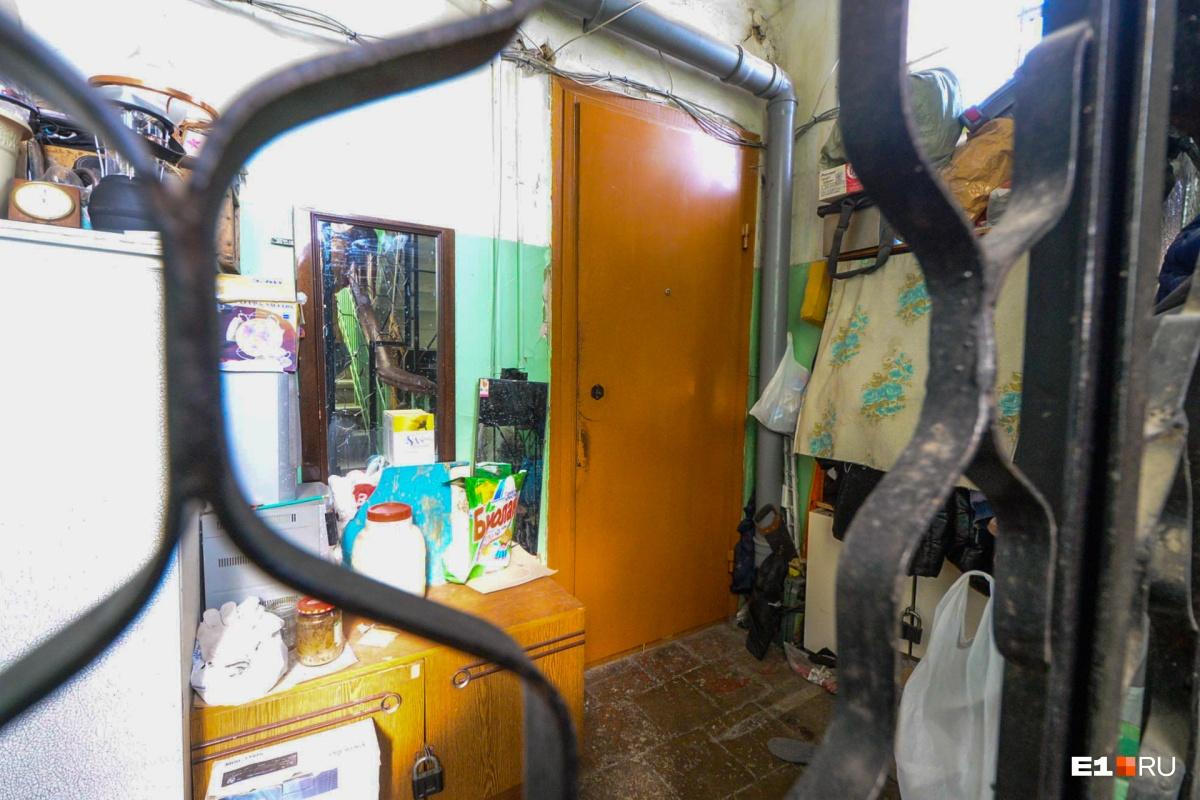 Внизу за решеткой — еще одна дверь. Огороженный участок жильцы используют как кладовку