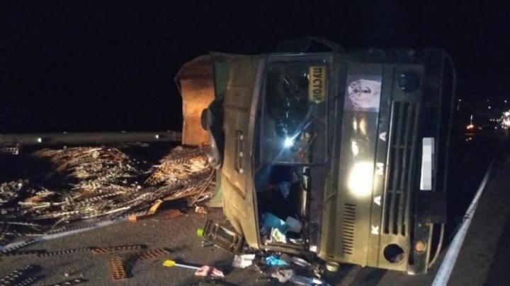 Стали известны обстоятельства аварии с перевернувшимся на трассе КАМАЗом