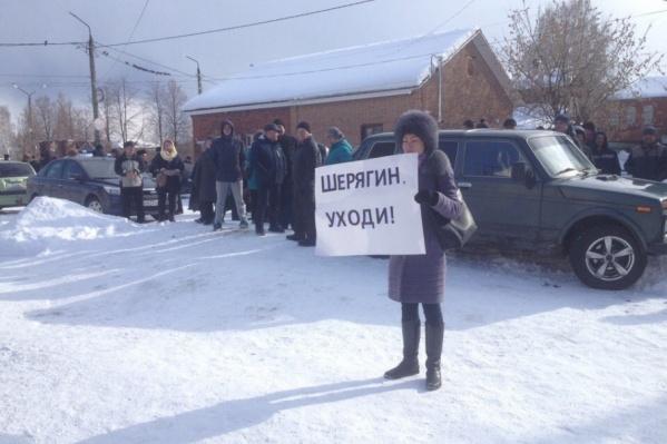 Люди вышли рядом с местом проведения депутатской сессии