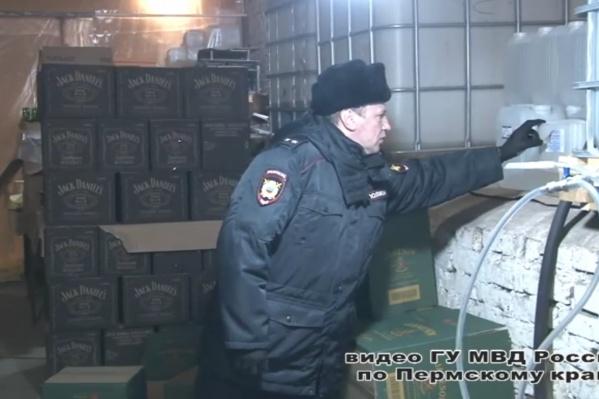 Полицейские обнаружили тысячи литров контрафактной продукции