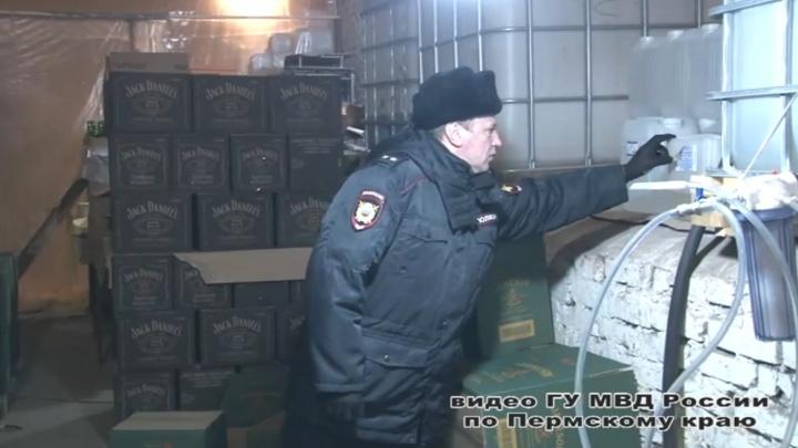 Полицейские под Пермью накрыли подпольный цех по производству контрафактного алкоголя. Видео