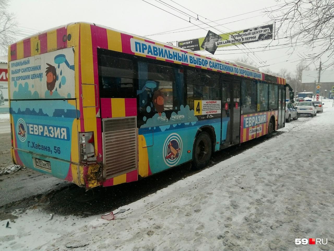 Сначала такси врезалось в этот автобус