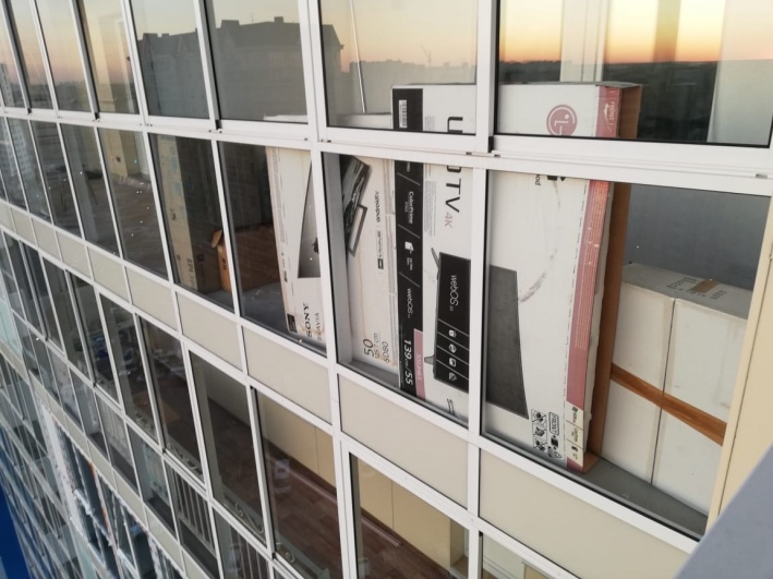 Отец погибшего приехал в квартиру, где Вячеслав провел последние часы, и сфотографировал балкон, откуда, предположительно, упал его сын