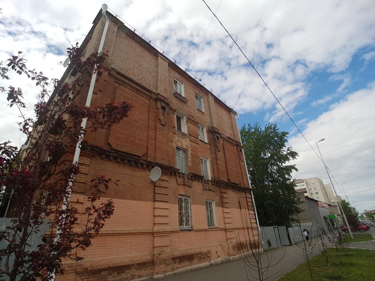 Фотографий, как выглядел дом раньше, не найти, но можно представить благодаря разным цветам старых и новых стен