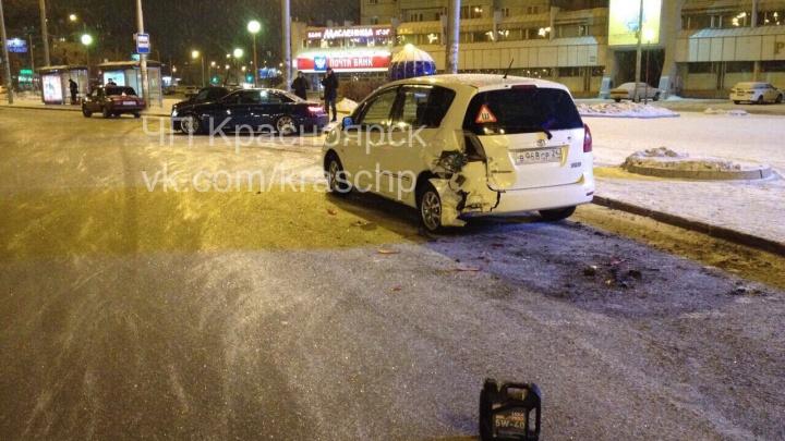 Дрифтер на BMW боком проехал по кольцу Предмостной и протаранил три припаркованные машины