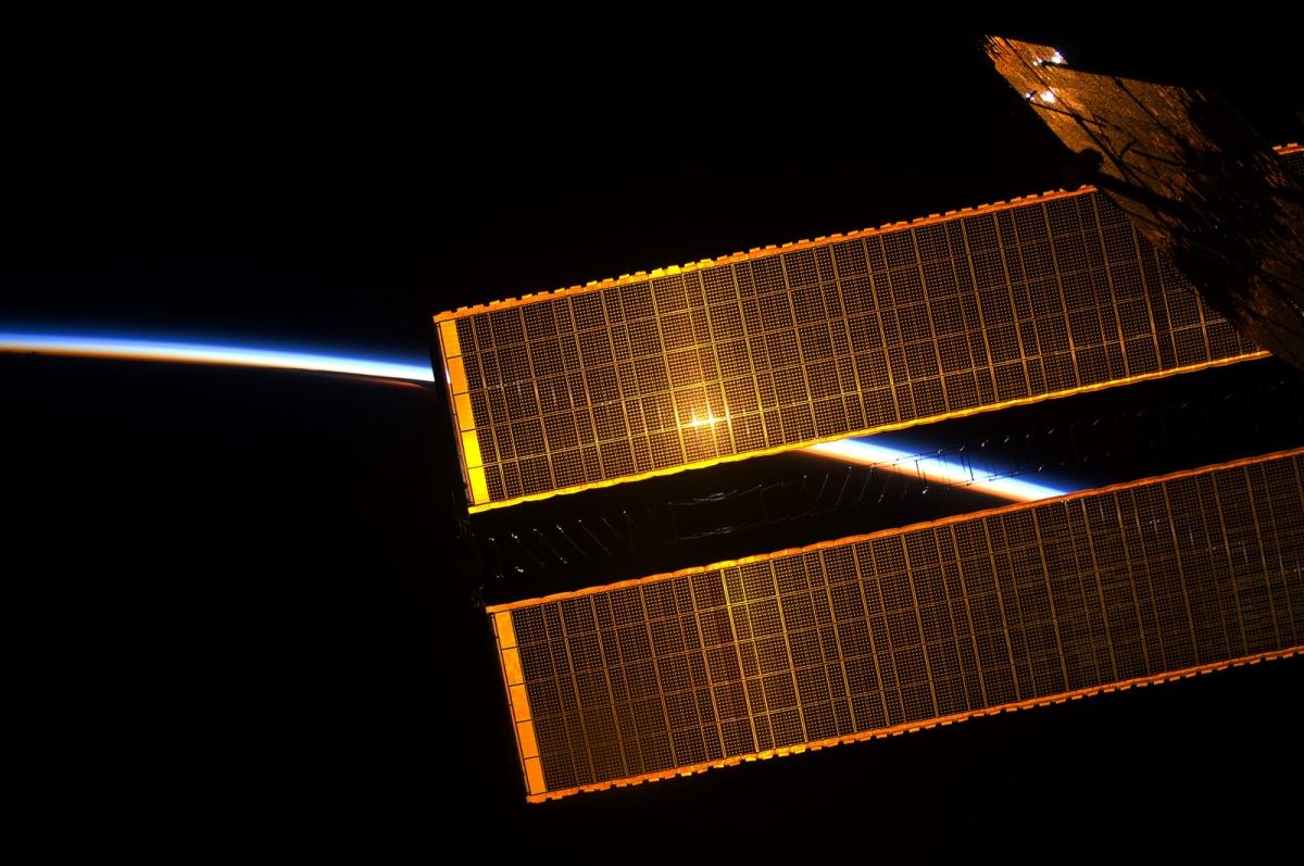 Вид на восход солнца с МКС. Фото космонавтаФёдора Юрчихина