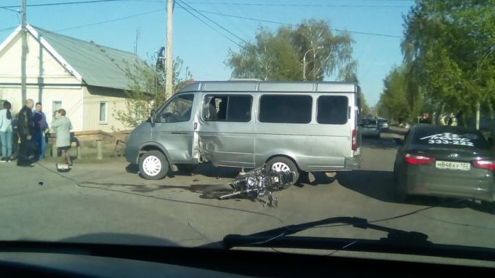 В Башкирии мотоциклист на скорости въехал в «газель»