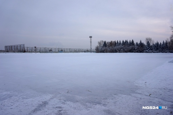 С наступлением холодов в Красноярске стали сразу же заливать катки