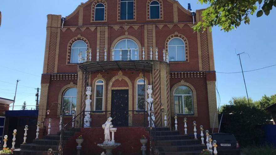 В Порт-Артуре за 18 миллионов продают коттедж с золотым конём и цветными комнатами