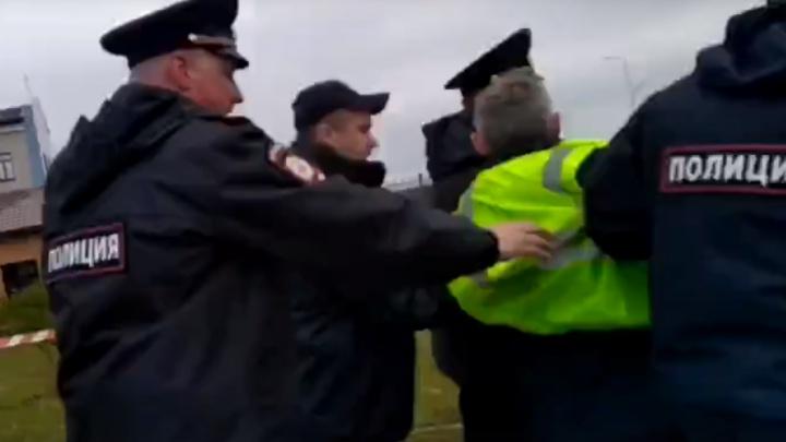 Юбилей Архангельска начался с задержания. С площади Профсоюзов вынесли активиста