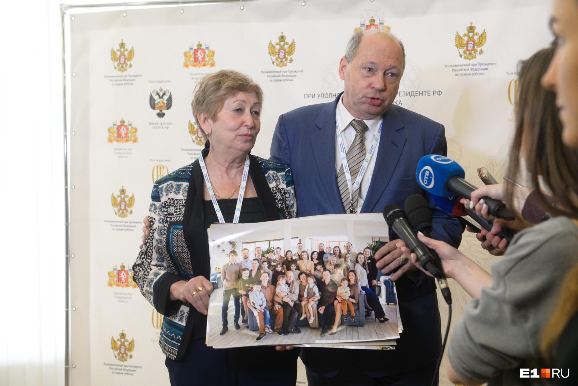 Елена и Юрий Мироновы вырастили десятерых детей, а теперь учат других грамотно составлять родословные