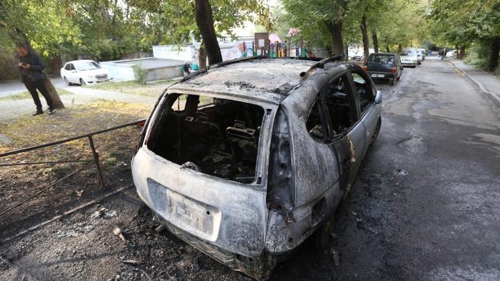 Дым видно издалека: в центре Челябинска вспыхнул автомобиль